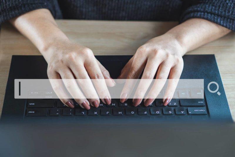 photo d'une femme recherchant sur internet